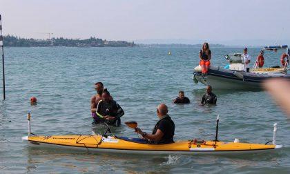 Virginia Tortella compie l'impresa: a nuoto da una sponda all'altra del lago