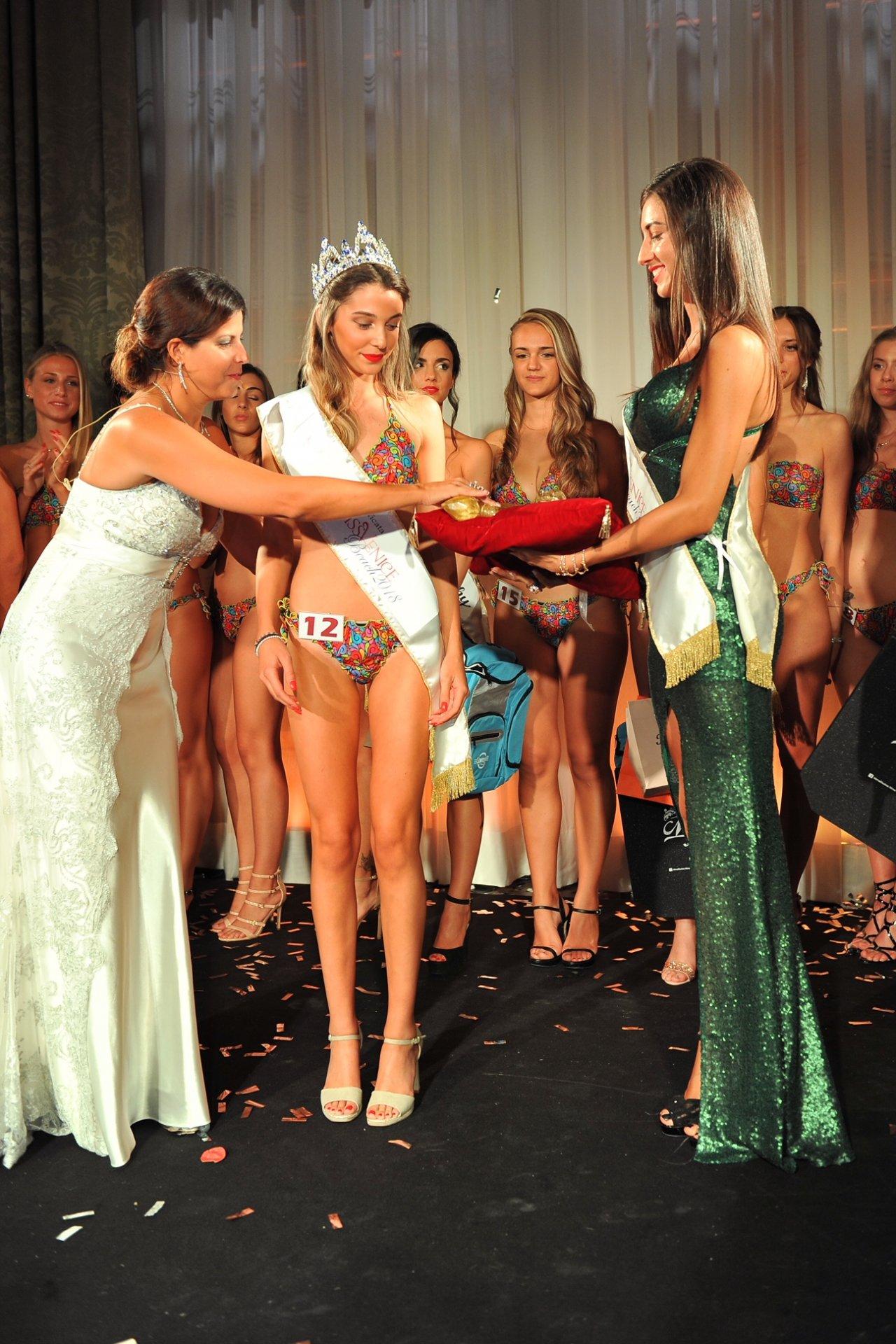 Per l' ottava edizione vince la semplicità di un elegante raffinatezza per la prima volta una veronese sul podio. La nuova Miss Venice Beach è una castelnovese.