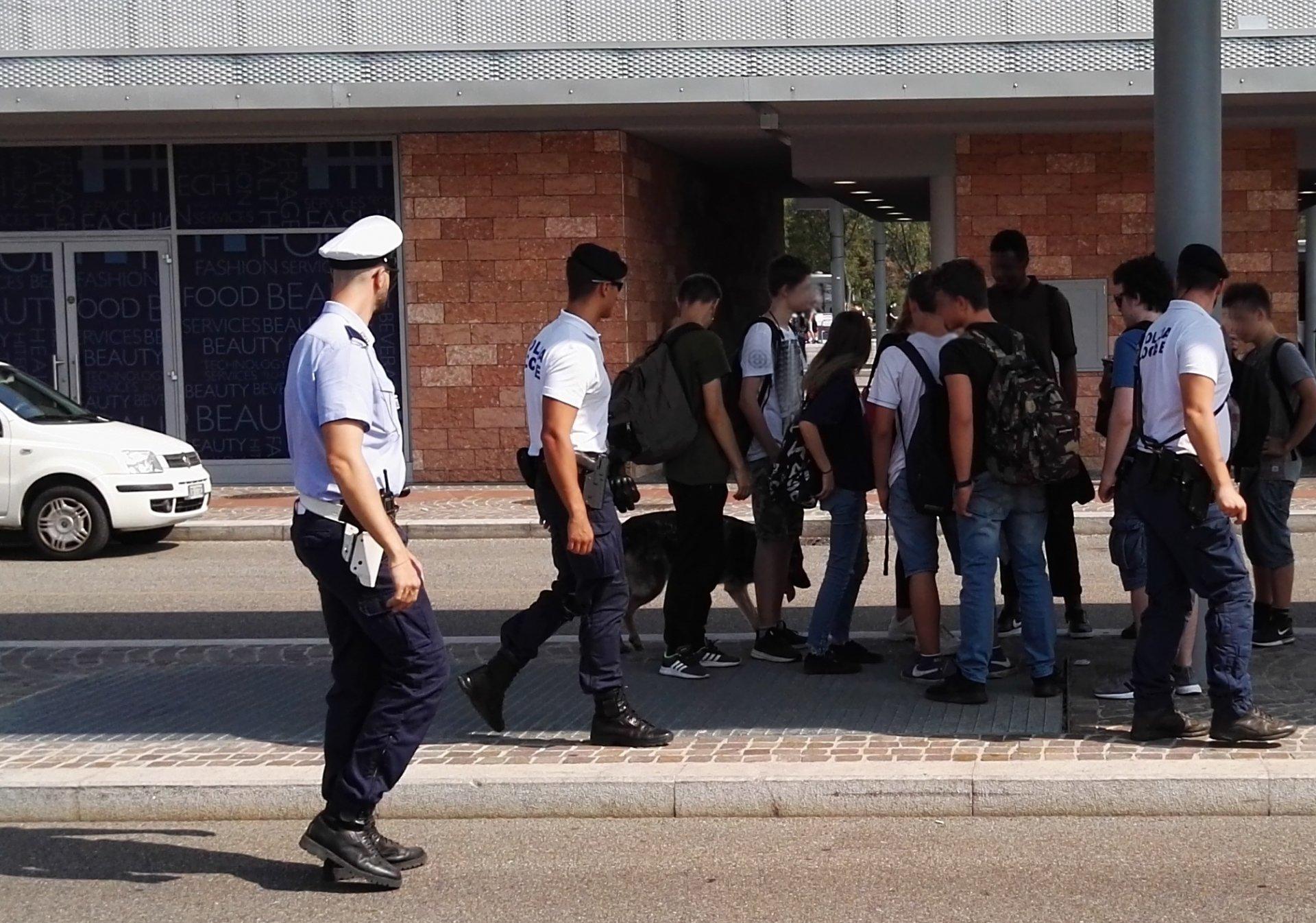 Scuole sicure. Oggi i primi controlli in piazzale XXV Aprile on sequestro di droga sui Bastioni.