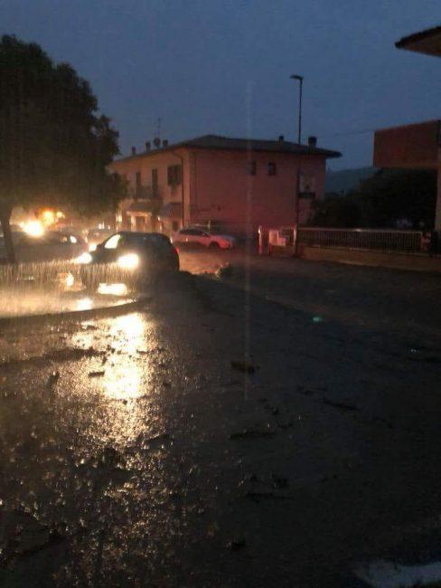 Danni da maltempo: allagamenti in provincia. Esondazione di fossi e tombini che tracimano, la situazione è critica.