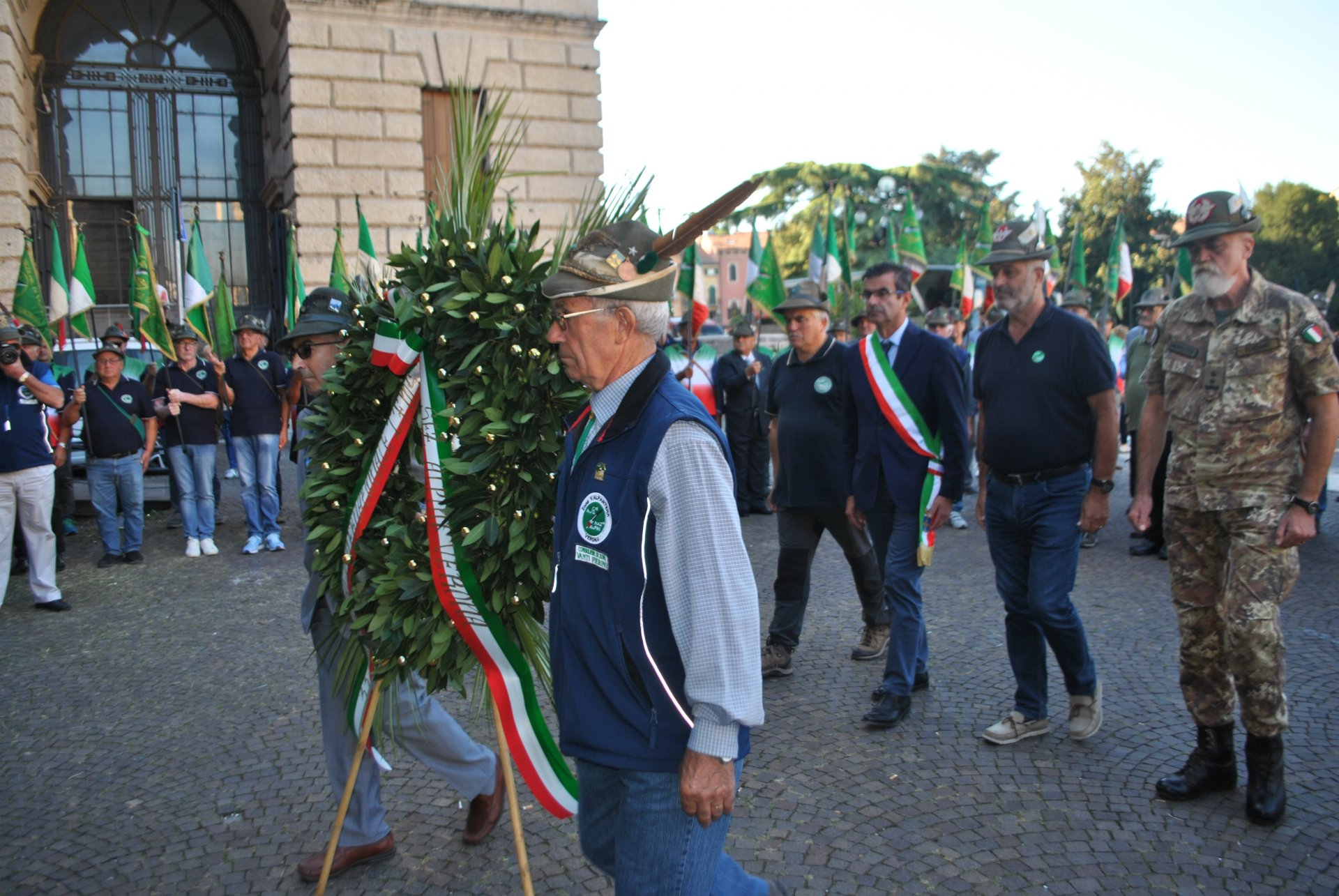 33° congresso della Federazione Internazionale dei Soldati della Montagna. Una corona a Largo degli Alpini per l'occasione.