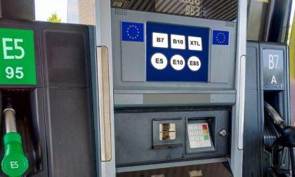 Da oggi nei distributori nuove etichette carburanti con le sigle europee