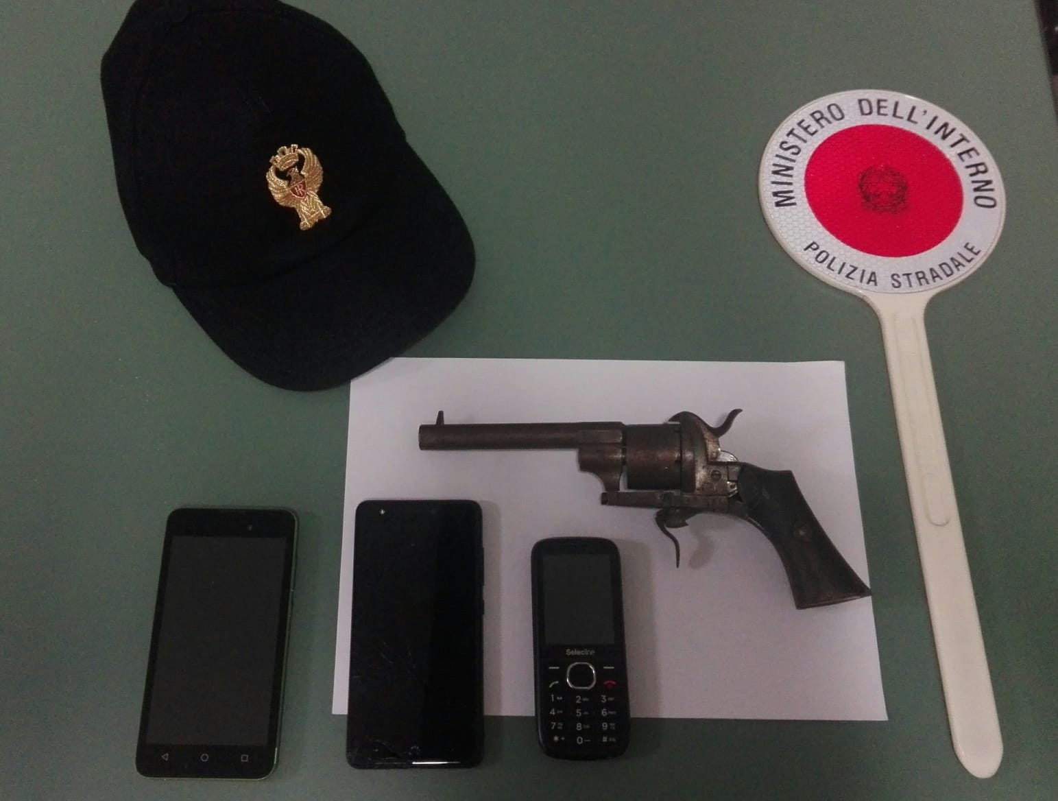 Droga e revolver storico, intense nottate in A4. Due uomini sconosciuti alle forze dell'ordine sono stati trovati con della cocaina e diversi contanti, mentre un pregiudicato viaggiava con un'arma storica in macchina.