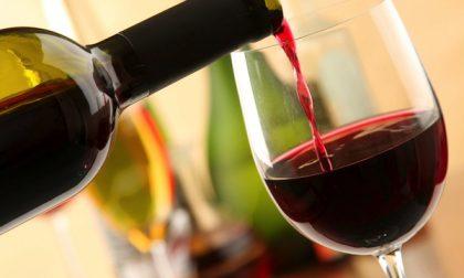 Gestore serve vino a 12 clienti sotto al tendone del locale, chiuso dai Carabinieri