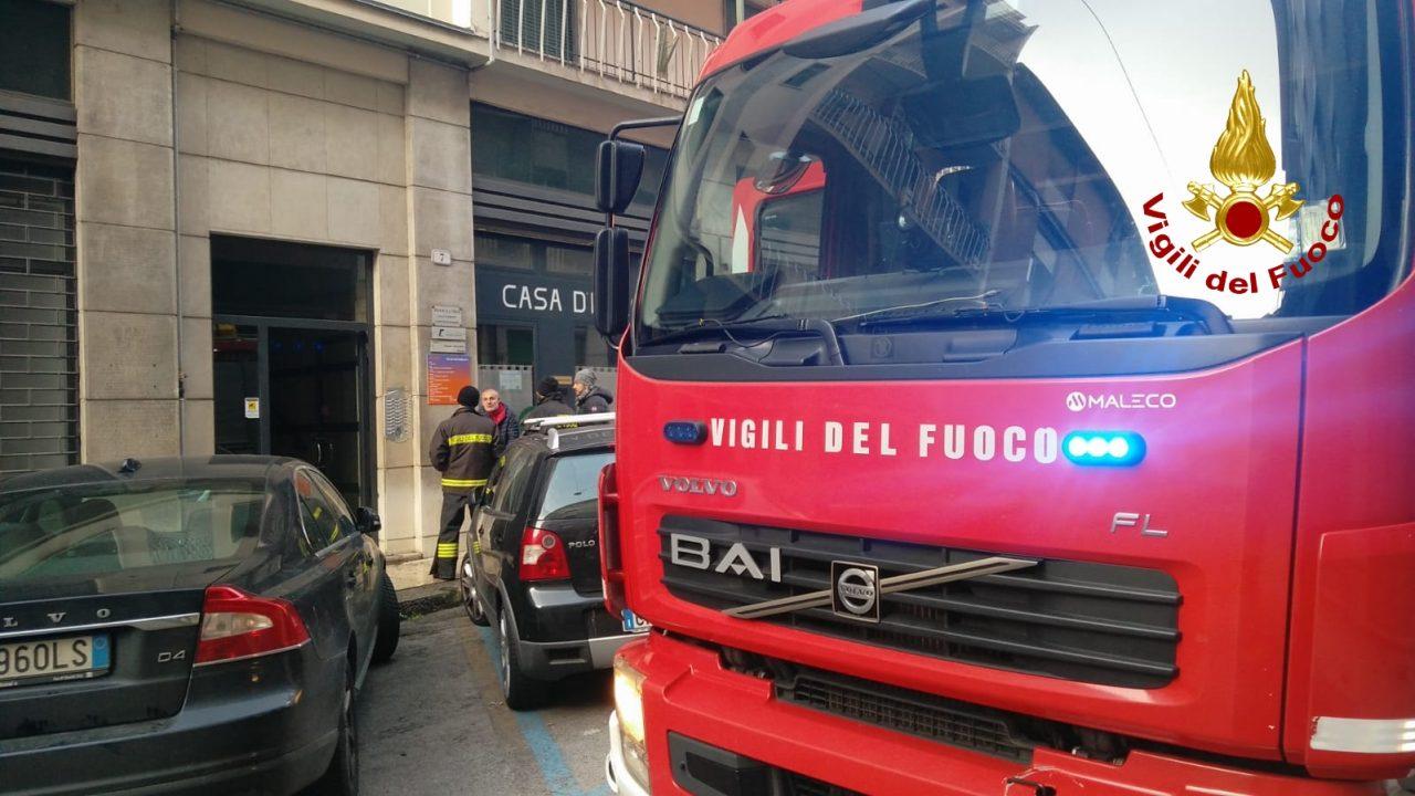 Incendio in via Poloni.Le fiamme sono divampate alle 4.30 circa,in un all'alloggio al mezzanino dell'edificio composto di 5 piani, 24 sono le persone coinvolte.