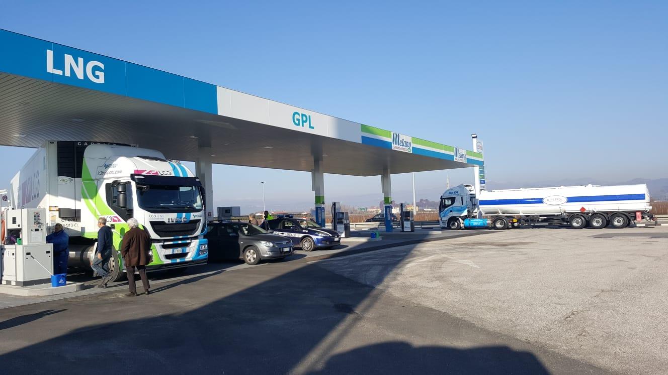 LNG San Bonifacio, una nuova apertura verso la sostenibilità dei trasporti. Questa mattina l'inaugurazione del secondo punto alla stazione di servizio della B-Petrol srl.