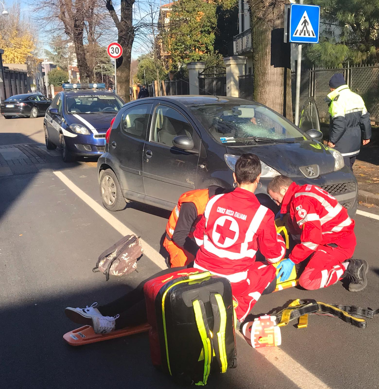Guarino Veronese: ragazza investita all'uscita da scuola.La giovane in ospedale per accertamenti, era cosciente.