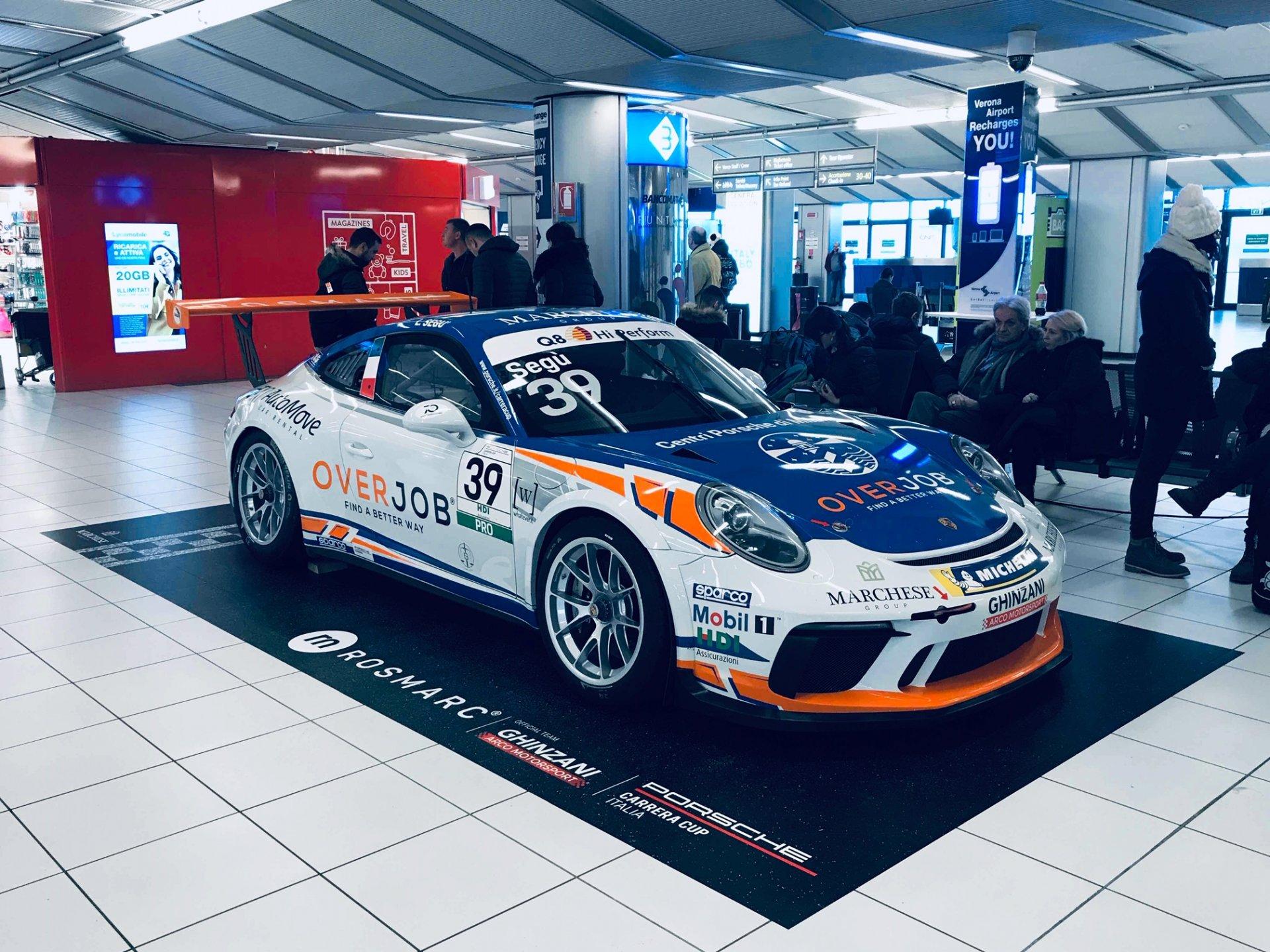 Porsche da corsa all'aeroporto Catullo di Villafranca