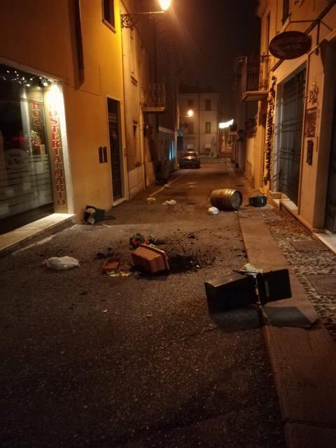 Vandali all'Hosteria da Mario. Questa mattina il titolare del locale di Soave si è trovato davanti a uno scenario caotico, fioriere, secchi e botti lanciati per la strada.