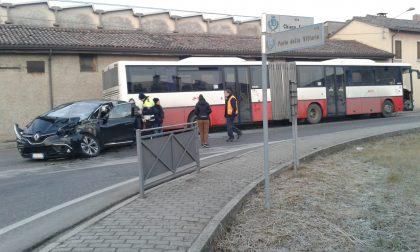 Scontro violento tra autobus e macchina - FOTO