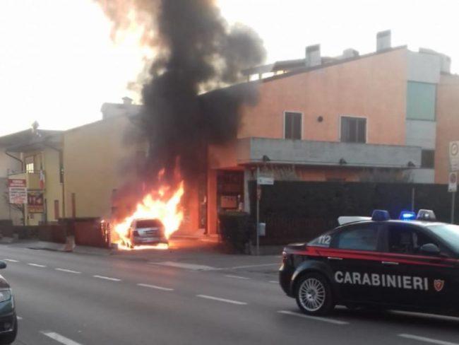 Castel d&#8217&#x3B;Azzano, auto va a fuoco in centro FOTO e VIDEO
