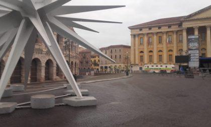 """Piazza Brà pulita in poche ore a Capodanno grazie alla """"task force"""" di Amia"""