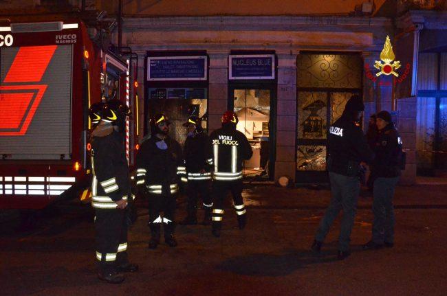 Esplosione e incendio, negozio devastato FOTO