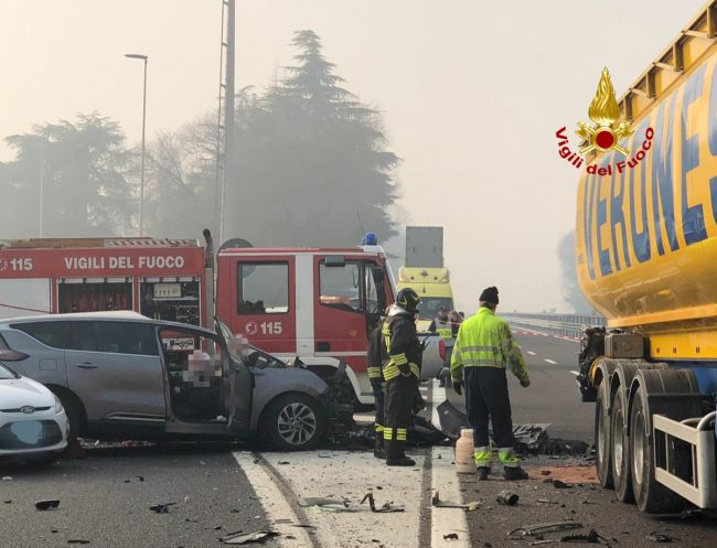Inferno tra l&#8217&#x3B;autostrada A4 e A31: un morto e decine di feriti FOTO e VIDEO