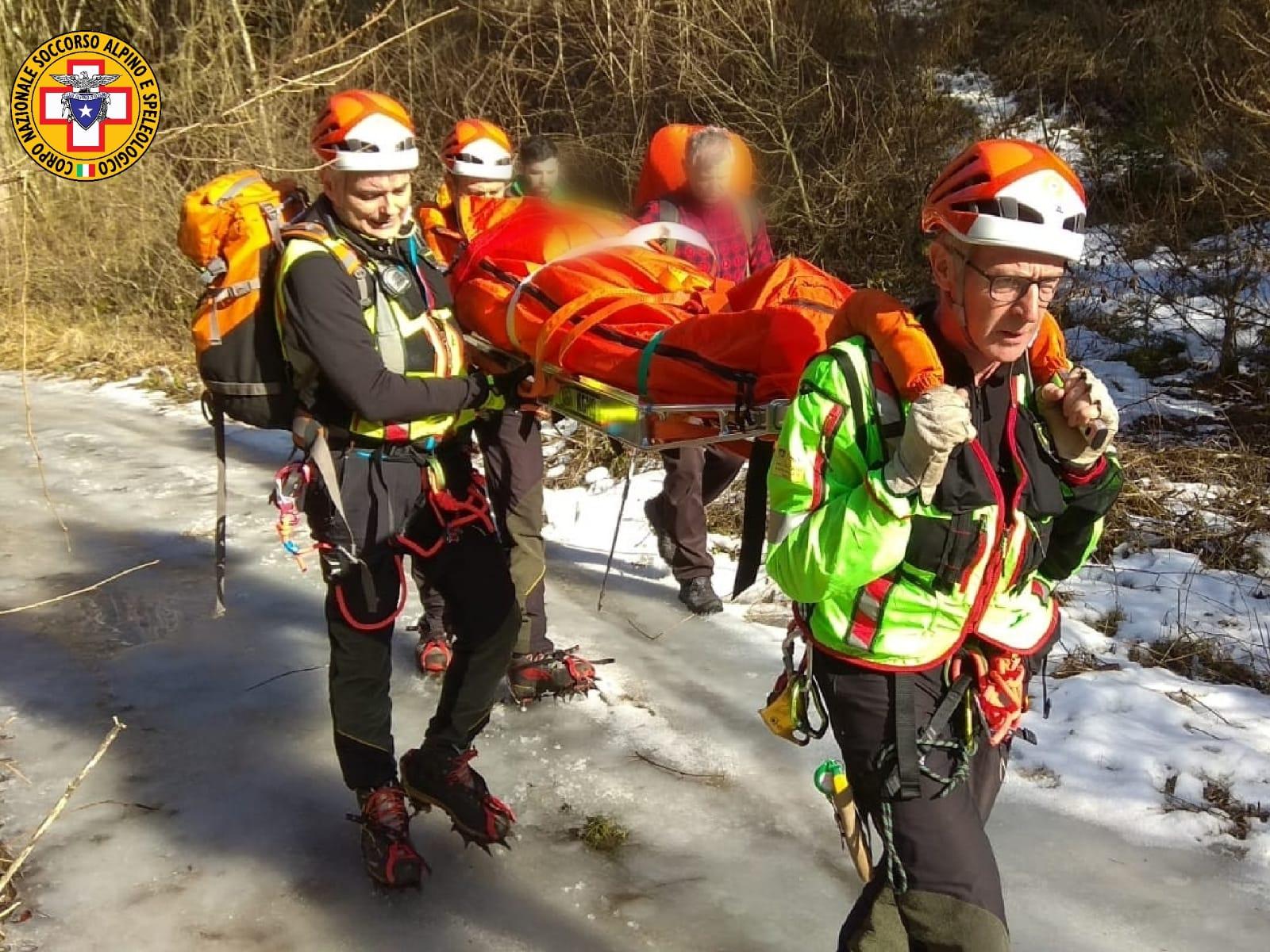 Escursionista infortunata al Vajo dell'Anguilla. La donna, una 54enne veronese, ha riportato un probabile trauma alla caviglia dopo essere scivolata sul ghiaccio.