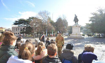 Alzabandiera degli alunni in piazza Bra a Verona