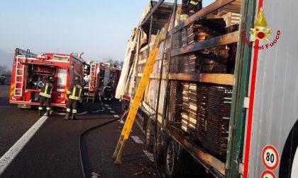 Incendio in A4, camion va a fuoco FOTO