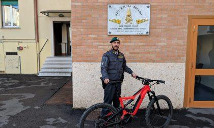 Ruba bicicletta elettrica davanti alla caserma della Finanza