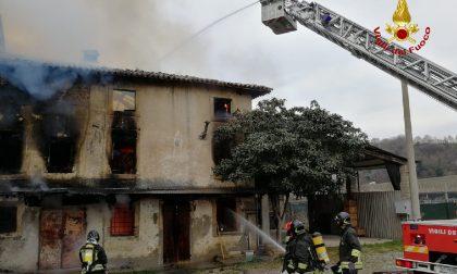 Incendio in un casolare di Sommacampagna FOTO e VIDEO