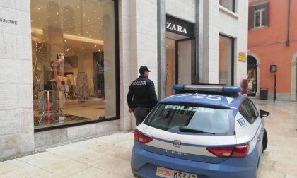 Ruba un portafoglio con 300 euro da Zara ventiseienne arrestata dalla Polizia