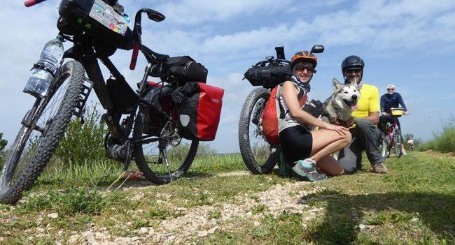 In viaggio con il proprio cane Stefania Faccioni insieme al marito Dario Ferrari e al loro cane Walkyn