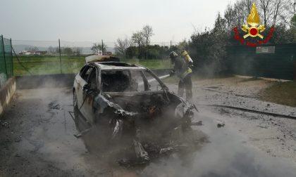 Entra nel garage di casa ma la sua auto prende completamente fuoco FOTO