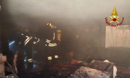Incendio distrugge la taverna di una palazzina FOTO