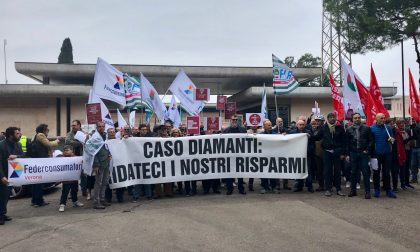 In 100 risparmiatori per manifestare contro Banco Bpm