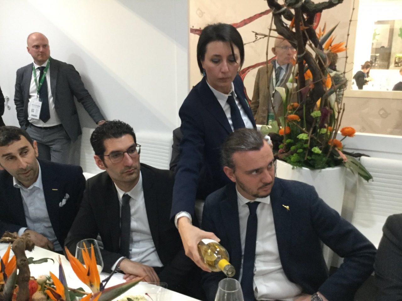I parlamentari brindano con i vini dell'istituto agrario di Buttapietra