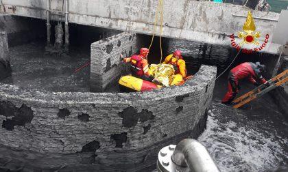 Uomo cade nella vasca dei fanghi, salvato dai vigili del fuoco