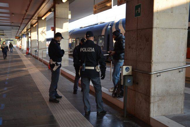 Nigeriano senza biglietto si scaglia contro capotreno e poliziotti ...