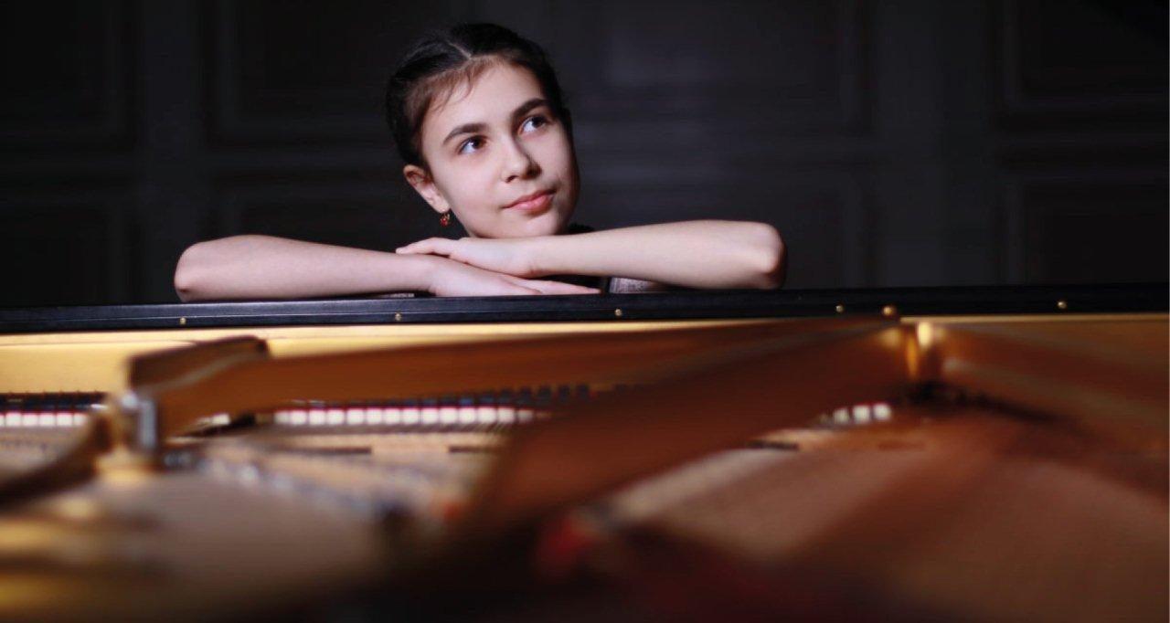 La pianista dodicenne Alexandra Dovgan si esibirà al Filarmonico per l'ultima serata del Festival della Bellezza.