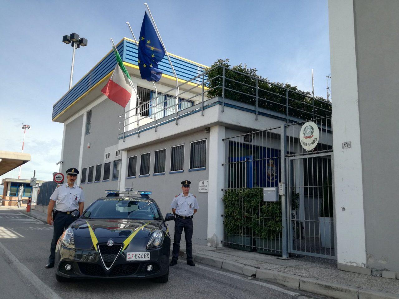Durante un controllo all'aereoporto di Villafranca sono stati arrestati quattro spacciatori internazionali.