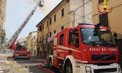 Incendio distrugge il tetto di una palazzina a Valeggio: evacuate due famiglie
