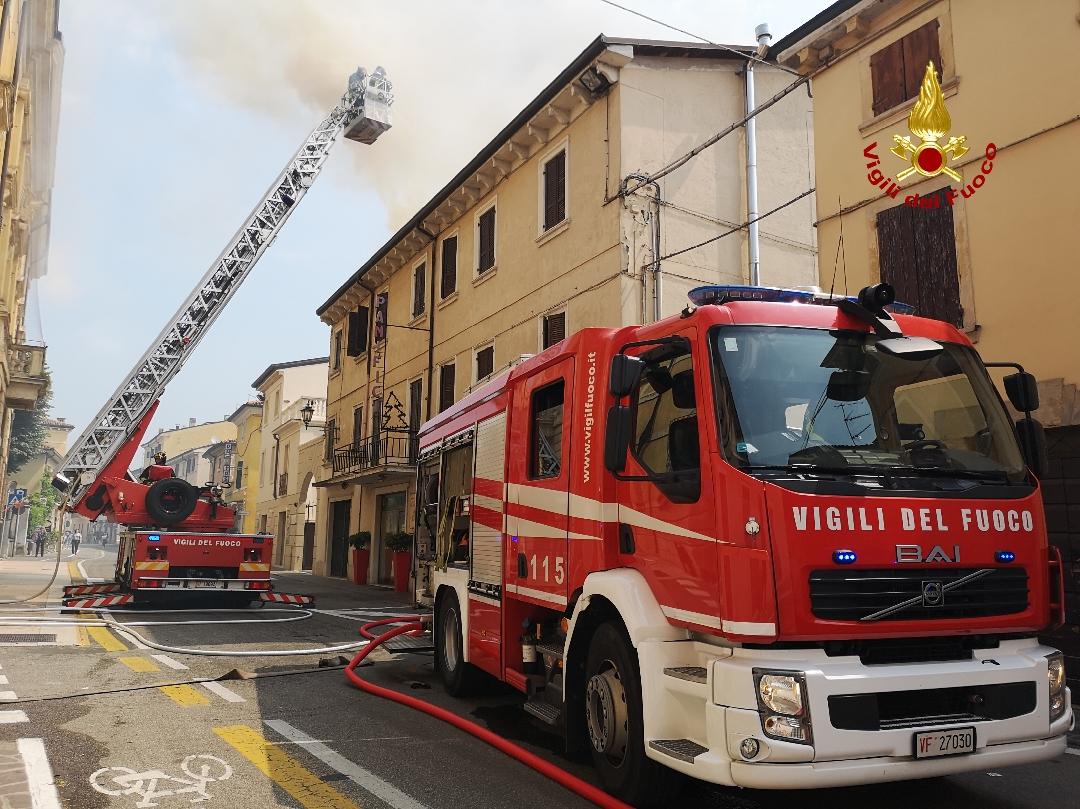 Incendio scoppiato a Valeggio sul Mincio.