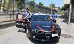 La fidanzata non risponde: danneggia auto in sosta, dà testate ai finestrini e insulta i Carabinieri