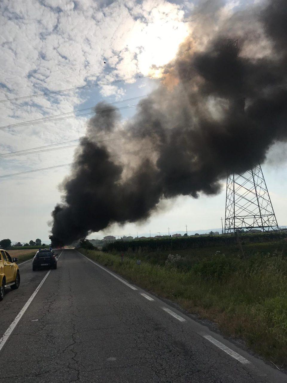 Un mezzo pesante è andato a fuoco nella strada statale 11.