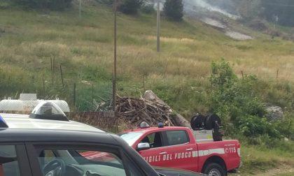 Agricoltori bruciano sterpaglie in un bosco: scoppia un incendio