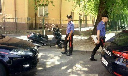 Ubriaco alla guida del motorino urta un'auto e aggredisce i Carabinieri