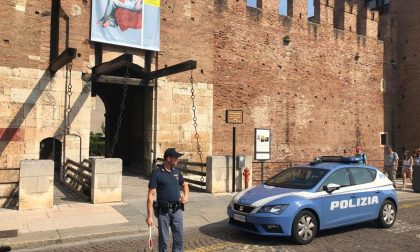Tentano di rubare il portafoglio a una turista, arrestati due giovani a Verona