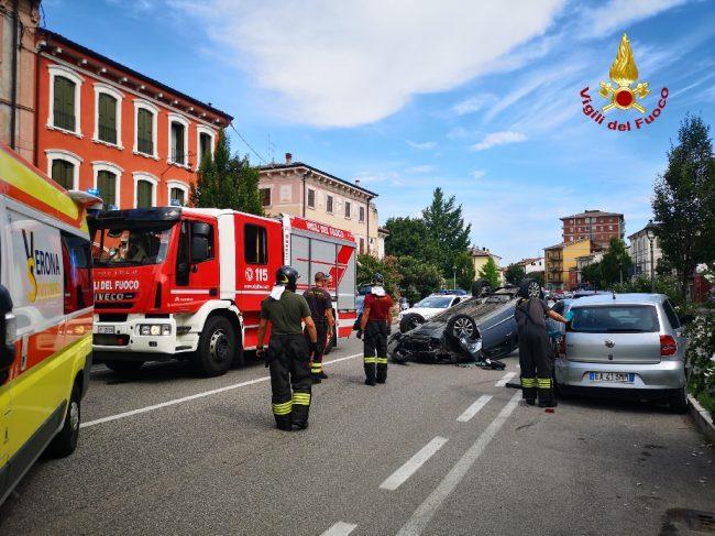 Auto ribaltata a San Martino: illeso il conducente FOTO