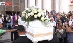 Folla, lacrime e applausi ai funerali di Nadia Toffa