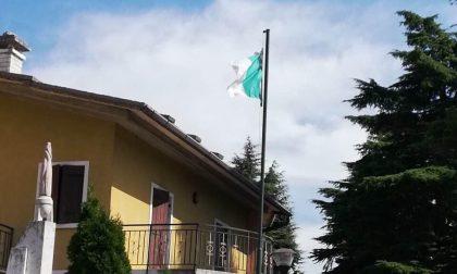 Sfregiato il tricolore del monumento ai caduti di Prun
