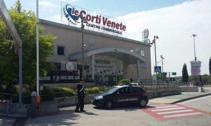 Tenta di rubare un'auto nel parcheggio delle Corti Venete
