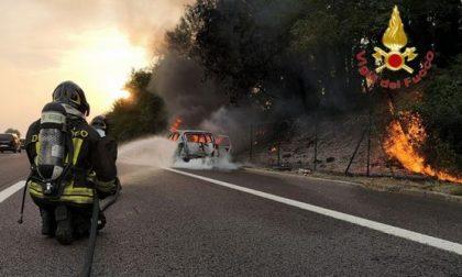 Auto in fiamme sulla A4 vicino Peschiera del Garda