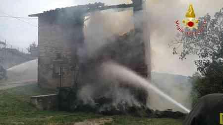 Grezzana, fulmine causa l'incendio di un fienile FOTO e VIDEO