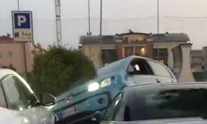 Ubriaco alla guida si lancia sulle auto parcheggiate