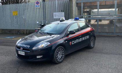 Rubano da una vettura un borsello con 120 euro, arrestati