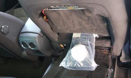 Un chilo di droga nascosto nello schienale del sedile, arrestato