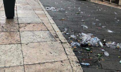 Riparte la movida, stamattina Piazza Erbe era piena di bottiglie abbandonate a terra